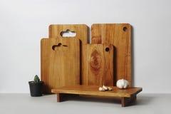 Planche à découper en bois avec le fond blanc photographie stock libre de droits