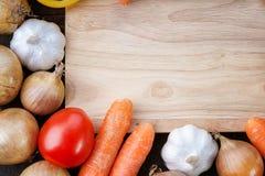 Planche à découper en bois avec les légumes sains Photos libres de droits