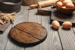 Planche à découper en bois vide sur une table en bois Photographie stock libre de droits