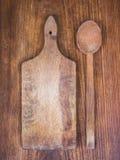 Planche à découper et cuillère en bois Photographie stock libre de droits