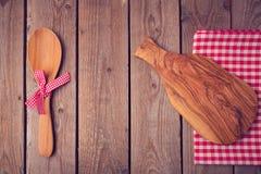 Planche à découper et cuillère sur la table en bois Vue de ci-avant Image libre de droits