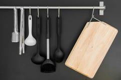 Planche à découper et vaisselle de cuisine en bois Photos stock