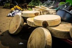 Planche à découper faite à partir du bois avec la forme ronde en vente sur le marché traditionnel Bogor rentré par photo Indonési Photo libre de droits