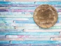 Planche à découper ronde de cru vide vieille sur le concept de fond de nourriture de planches Le ¡ de Ð olored le vieux fond en b image libre de droits