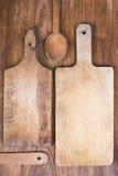 Planche à découper, spatule et cuillère en bois Photos libres de droits
