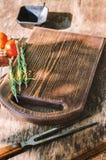 Planche à découper sur le fond en bois Photo libre de droits