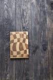 Planche à découper sur une surface en bois Image stock