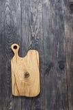 Planche à découper sur une surface en bois Photographie stock