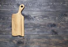 Planche à découper sur une surface en bois Images stock