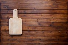 Planche à découper vide sur le concept foncé de fond de nourriture de panneau en bois de vintage Images stock