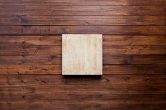 Planche à découper vide sur le concept foncé de fond de nourriture de panneau en bois de vintage Photo libre de droits