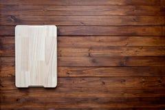 Planche à découper vide sur le concept foncé de fond de nourriture de panneau en bois de vintage Photos stock