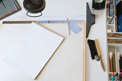 Planche à dessin et approvisionnements Image stock