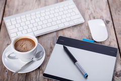 Planche à dessin graphique, clavier, tasse de coffe et souris sur vieux W Photos stock