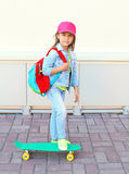 Planche à roulettes élégante d'équitation d'enfant de petite fille Image libre de droits