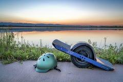 Planche à roulettes électrique d'Onewheel au coucher du soleil Photos stock