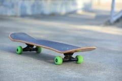Planche à roulettes au skatepark Image libre de droits