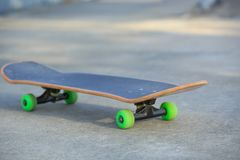 Planche à roulettes au skatepark Photographie stock