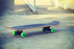 Planche à roulettes au skatepark Images libres de droits