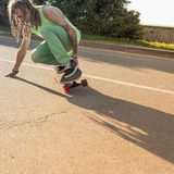 Planche à roulettes d'équitation d'adolescent sur une route Images libres de droits