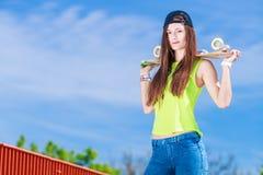 Planche à roulettes d'équitation de patineuse d'adolescente sur la rue Photographie stock
