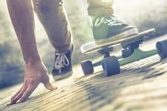 Planche à roulettes d'équitation de planchiste Photo libre de droits
