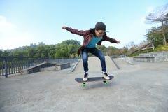 Planche à roulettes d'équitation de planchiste au skatepark Photo stock