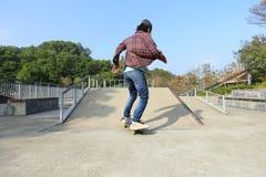 Planche à roulettes d'équitation de planchiste au skatepark Photos libres de droits