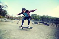 Planche à roulettes d'équitation de planchiste au skatepark Image stock