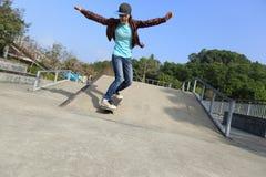 Planche à roulettes d'équitation de planchiste au skatepark Photographie stock libre de droits
