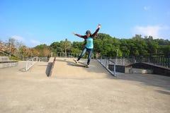 Planche à roulettes d'équitation de planchiste au skatepark Photos stock