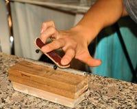 Planche à roulettes de doigt Photographie stock