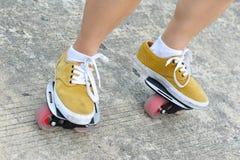 Planche à roulettes de freeline de pratique en matière de jambes Photos stock
