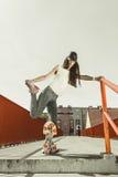 Planche à roulettes de l'adolescence d'équitation de patineuse de fille sur la rue Photographie stock libre de droits