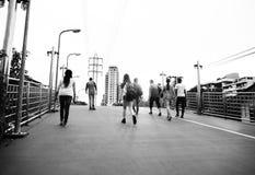 Planche à roulettes de marche Yout de vue arrière d'unité d'amitié de personnes Photos stock