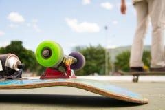 Planche à roulettes de patin au parc de patin photographie stock