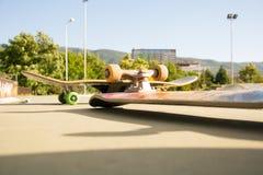 Planche à roulettes de patin au parc de patin images stock