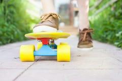 Planche à roulettes en gros plan d'équitation de planchiste de mode extérieure Photographie stock