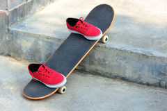 Planche à roulettes et espadrilles au skatepark Images libres de droits