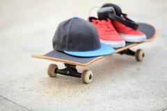Planche à roulettes et espadrilles au skatepark Photographie stock libre de droits