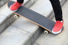 Planche à roulettes et espadrilles au skatepark Image stock