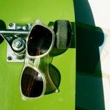 Planche à roulettes et lunettes de soleil Photographie stock libre de droits
