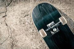 Planche à roulettes sur le plancher en béton dans le skatepark Images libres de droits