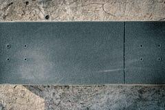 Planche à roulettes sur le plancher en béton dans le skatepark Photo stock