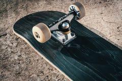 Planche à roulettes sur le plancher en béton dans le skatepark Image libre de droits