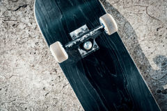 Planche à roulettes sur le plancher en béton dans le skatepark Image stock