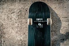 Planche à roulettes sur le plancher en béton dans le skatepark Images stock