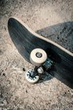 Planche à roulettes sur le plancher en béton dans le skatepark Photo libre de droits