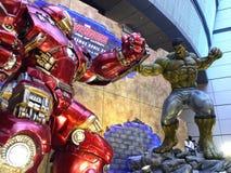 Planche al hombre Hulkbuster CONTRA armatoste en los vengadores: Edad de Ultron Fotos de archivo
