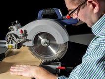 Planche de coupe avec la scie de mitre images stock